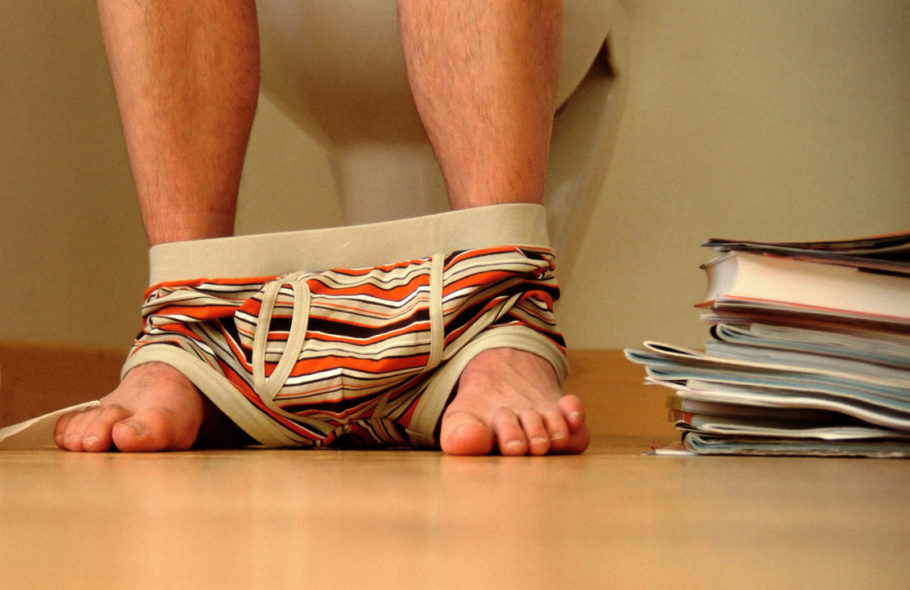 Мужские ноги со спущенными трусами