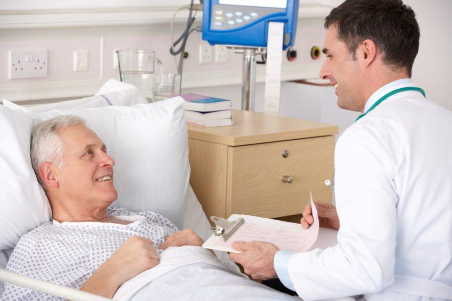 лежащий мужчина общается с врачом
