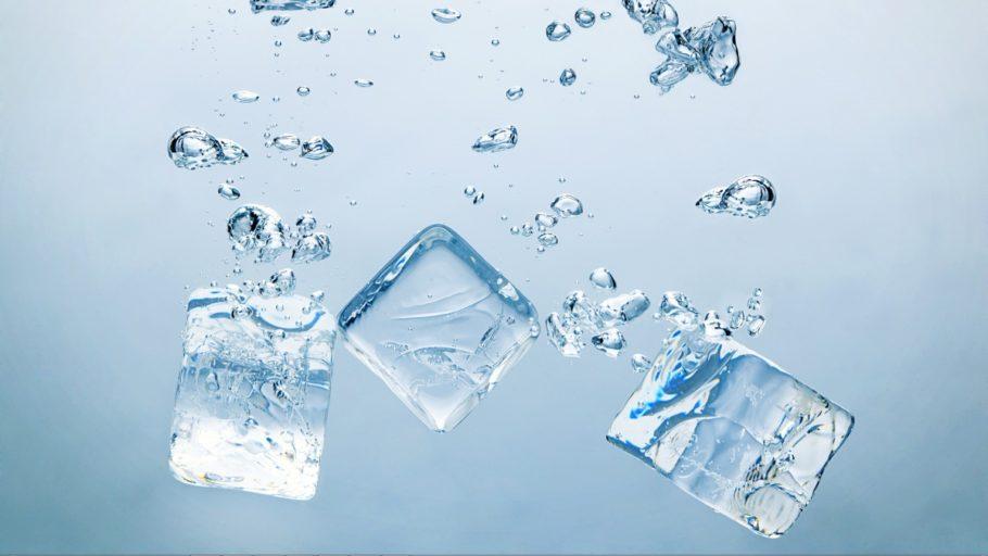 Кубики льда под водой