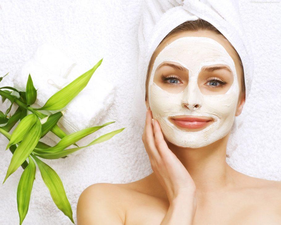 женщина в косметической маске