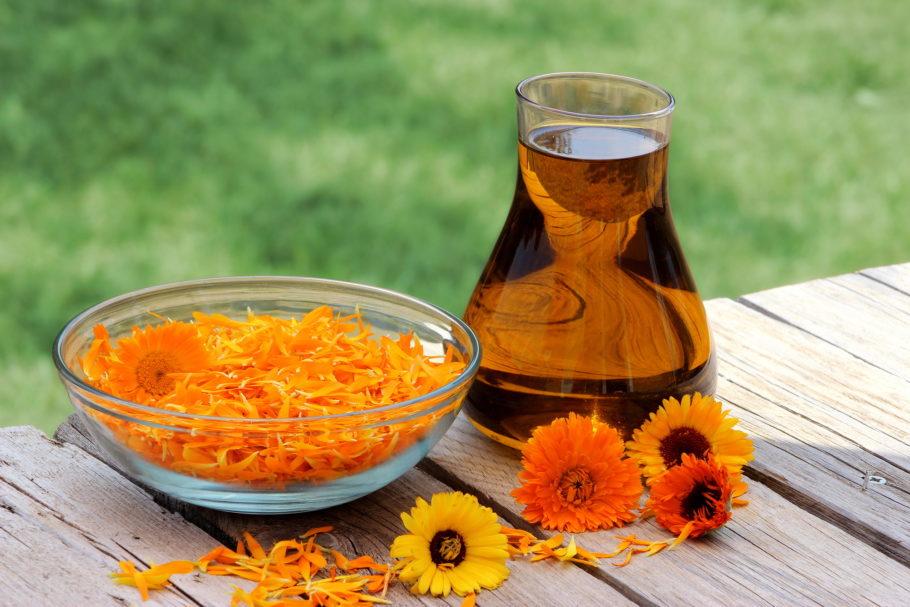 Лепестки цветов в тарелке и отвар из них