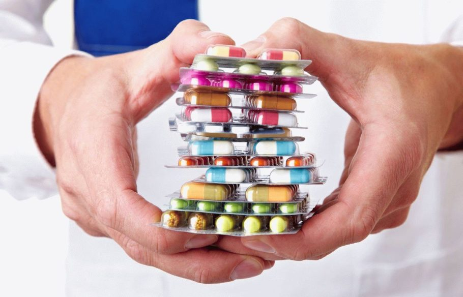 Множество упаковок таблеток в руках