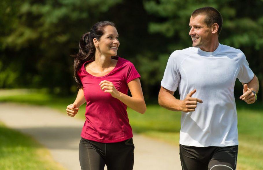 Парень и девушка бегают в парке