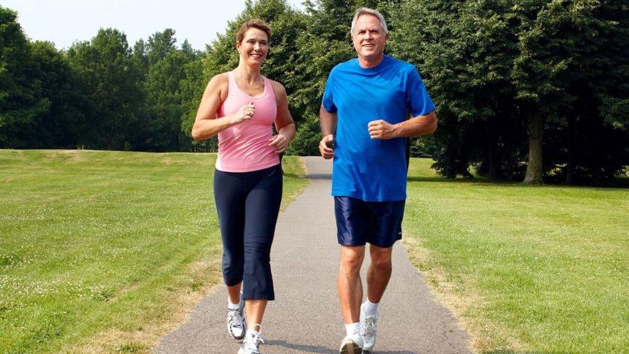 Мужчина и женщина занимаются бегом в парке
