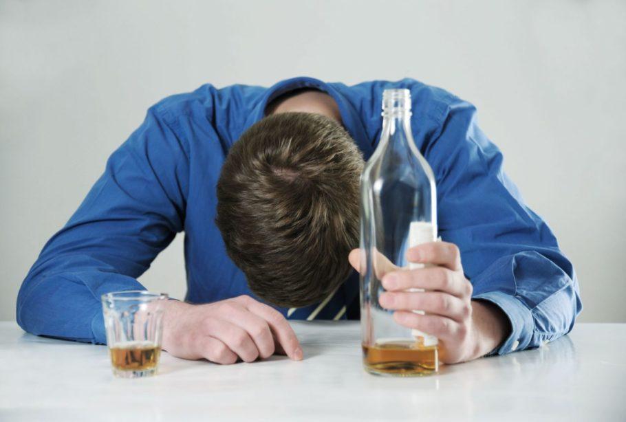 Мужчина уснул с бутылкой в руке