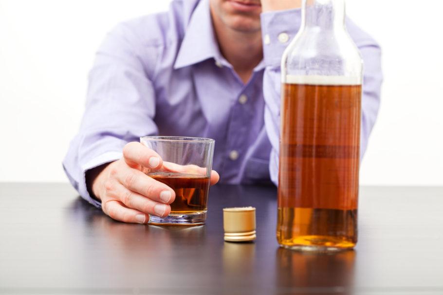 мужчина со стаканом алкоголя
