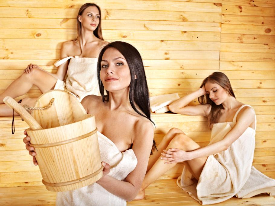 3 девушки в бане