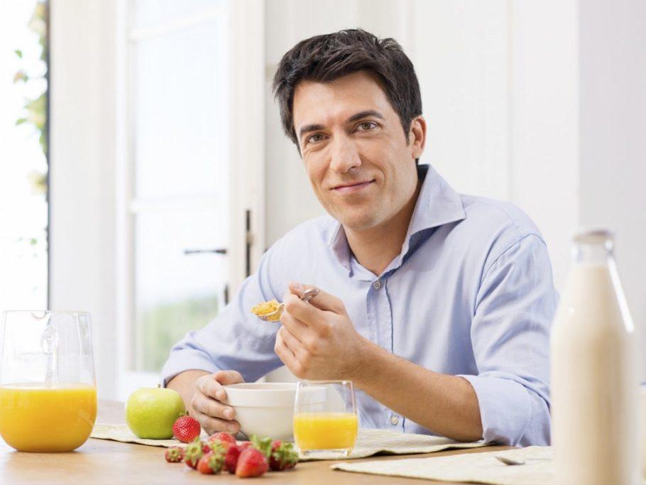мужчина ест кашу