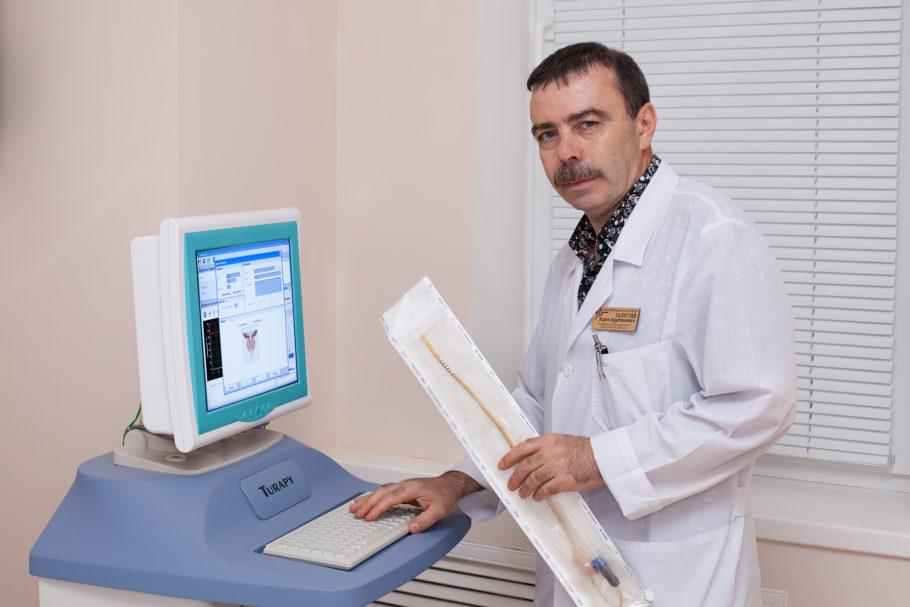 врач возле диагностического аппарата