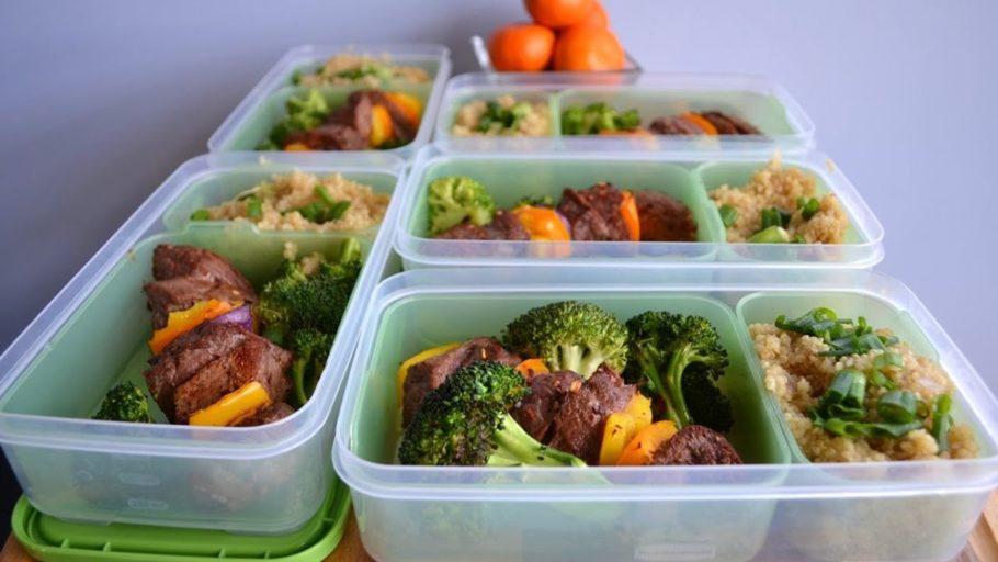 пищевые контейнеры с мясом овощами и зеленью