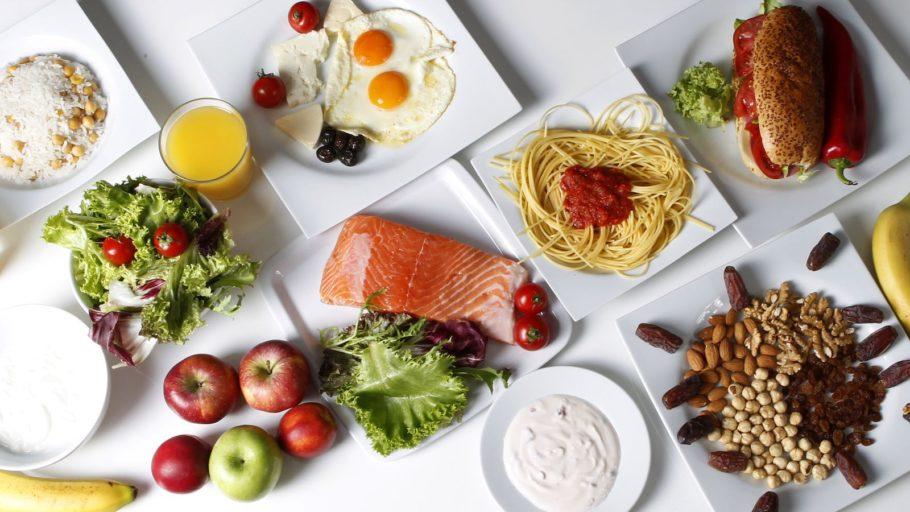 продукты питания в тарелках