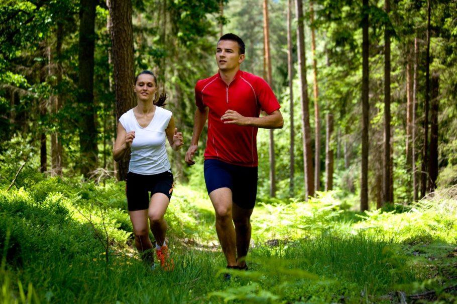 девушка и парень на пробежке