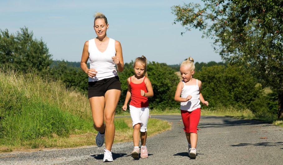 девушка с дочерьми на пробежке