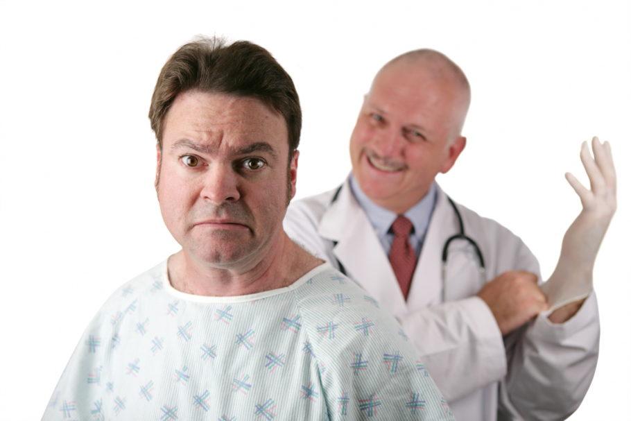 улыбающийся врач сзади пациента