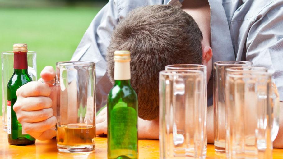 молодой человек спит с кружкой пива в руке