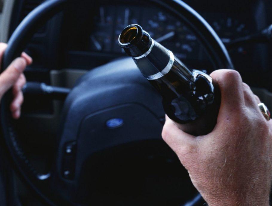 мужчина за рулем с пивом в руке