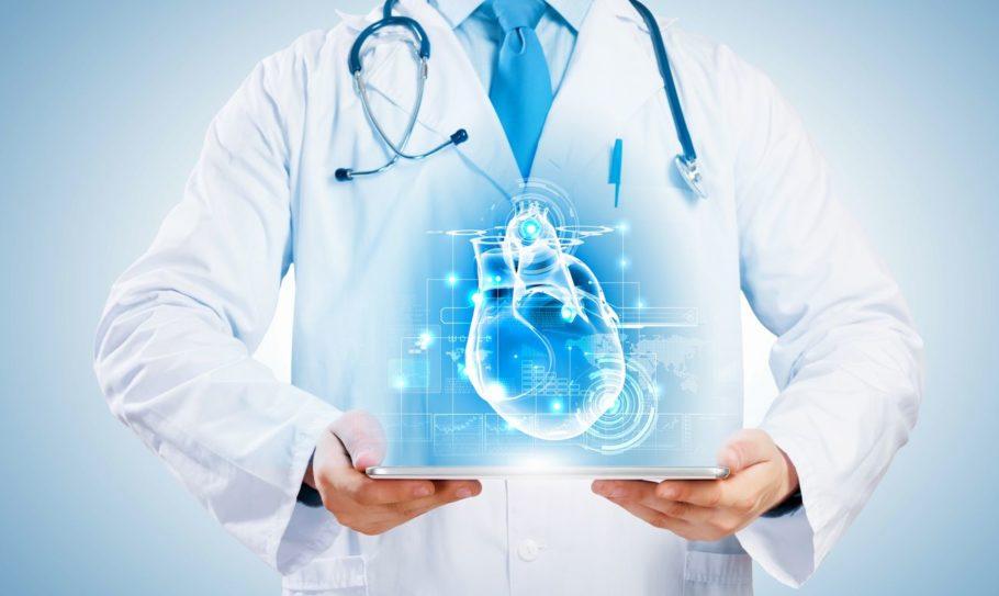 врач и рисунок сердца