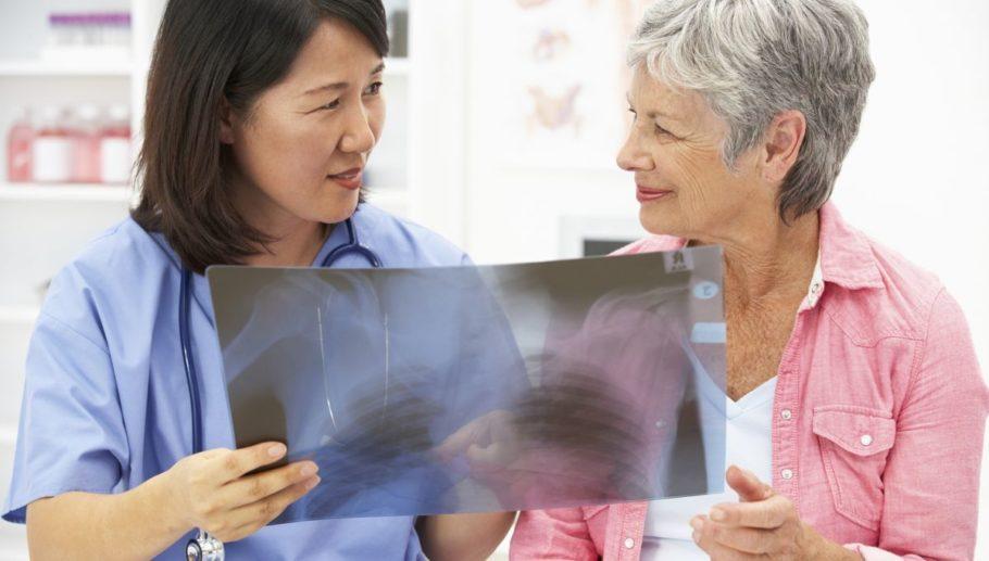 врач и женщина смотрят на снимок