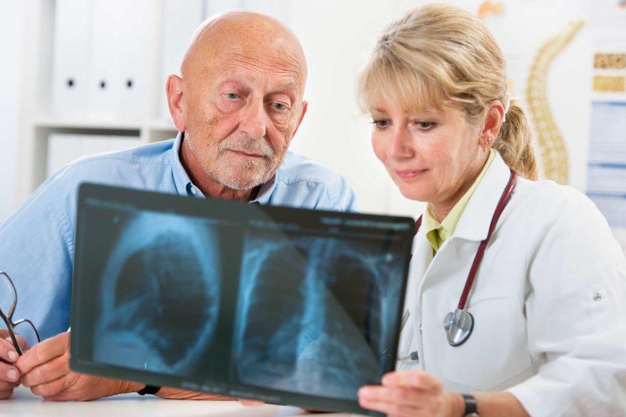 мужчина с женщиной врачом рассматривают снимок