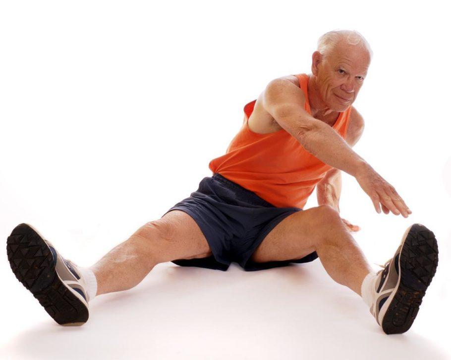 мужчина в возрасте выполняет упражнение