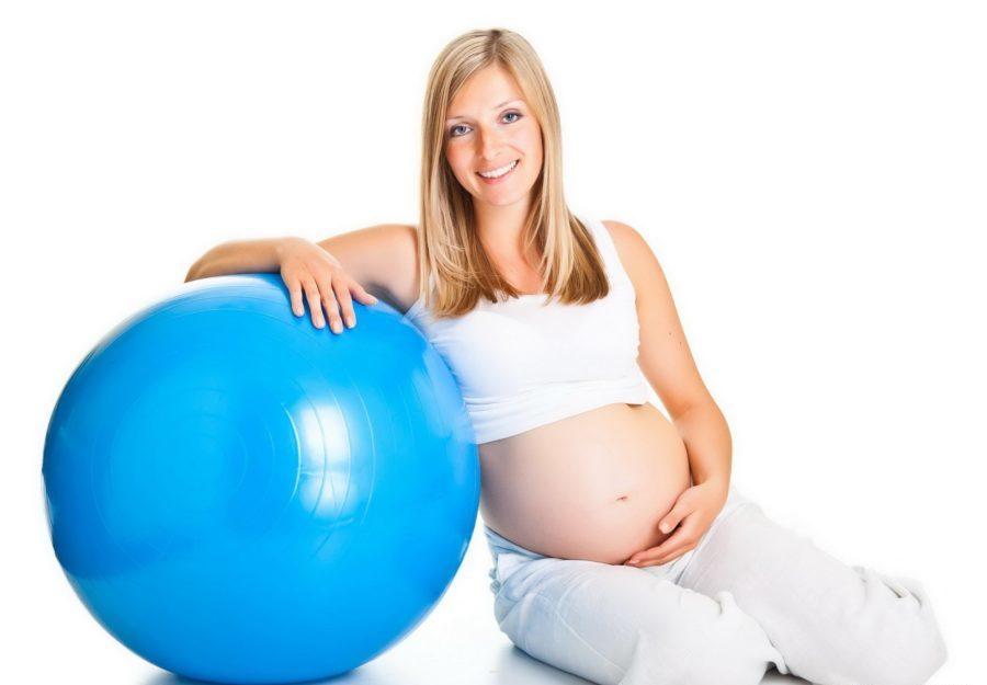 беременная девушка с фитнесс-шаром