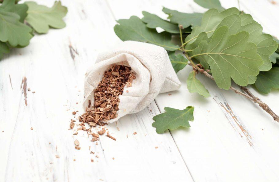 листья и кора дуба в мешочке