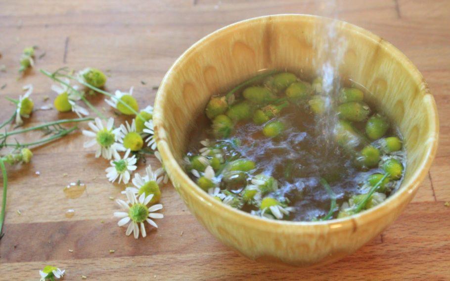 Отвар ромашки в деревянной тарелке
