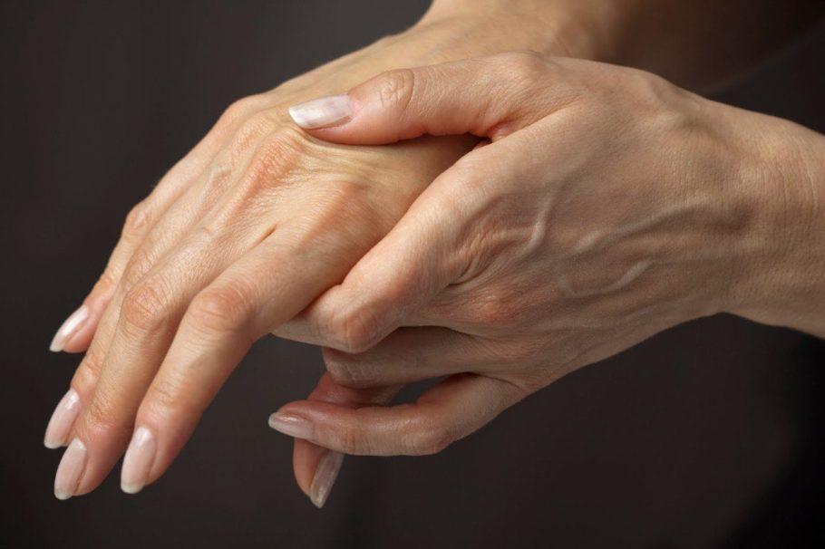 женщина держит себя за руку