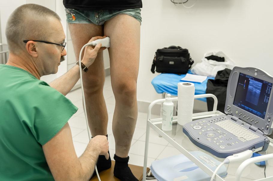 врач диагнострирует ноги пациента