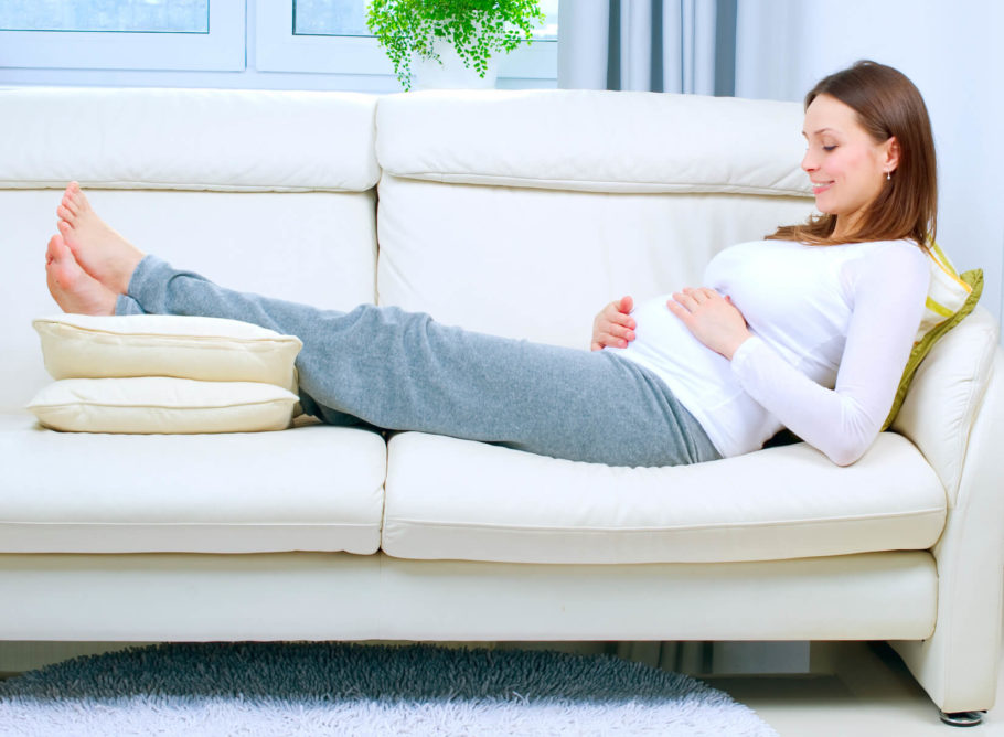 беременная женщина на диване
