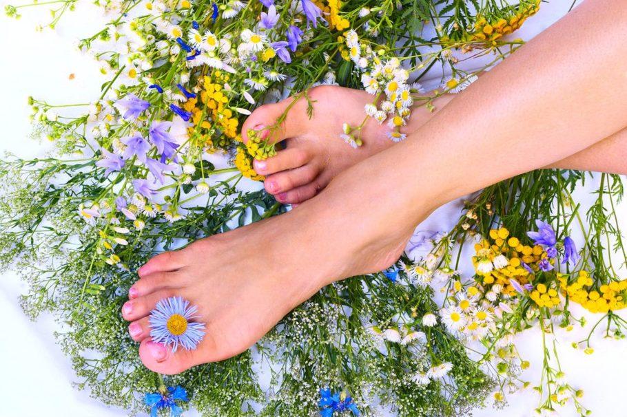 женские ноги с цветами