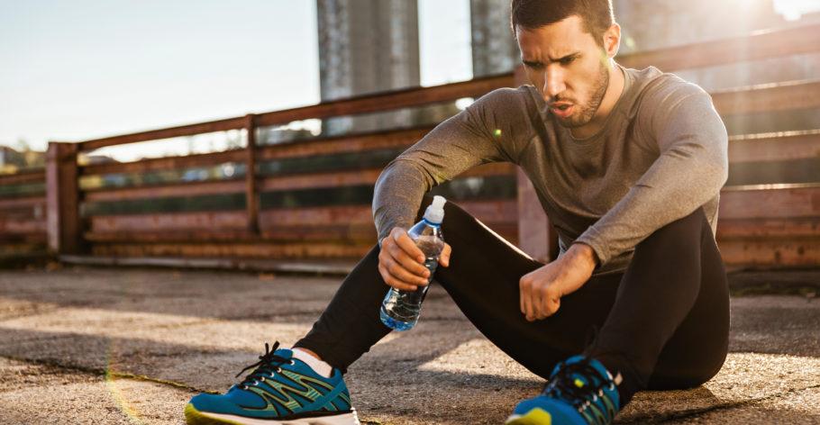 мужчина пьёт воду после пробежки