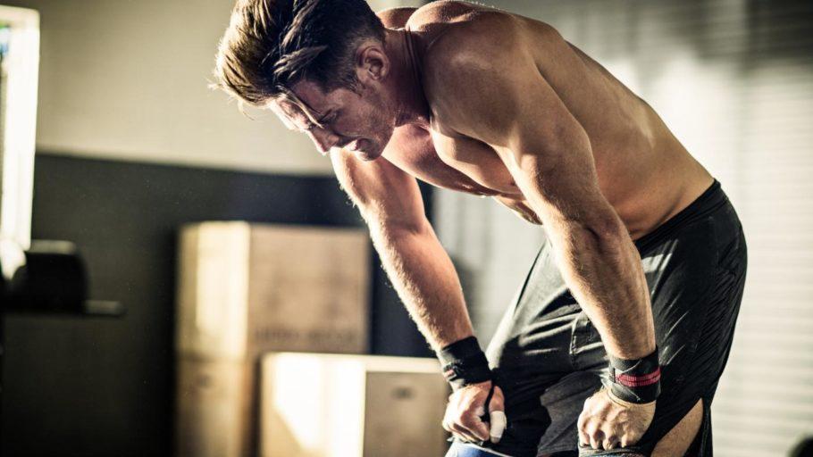 мужчина отдыхает на тренировке