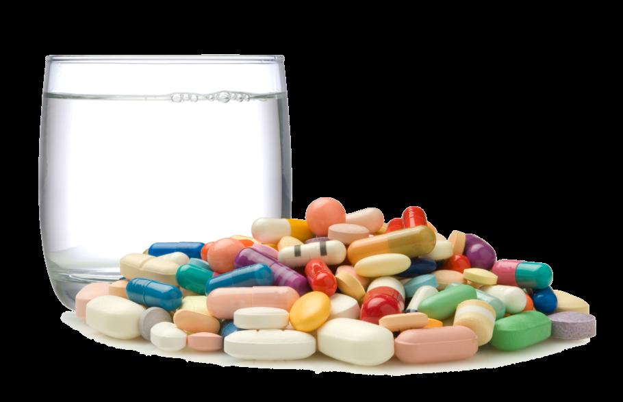 таблетки, капсулы и стакан воды