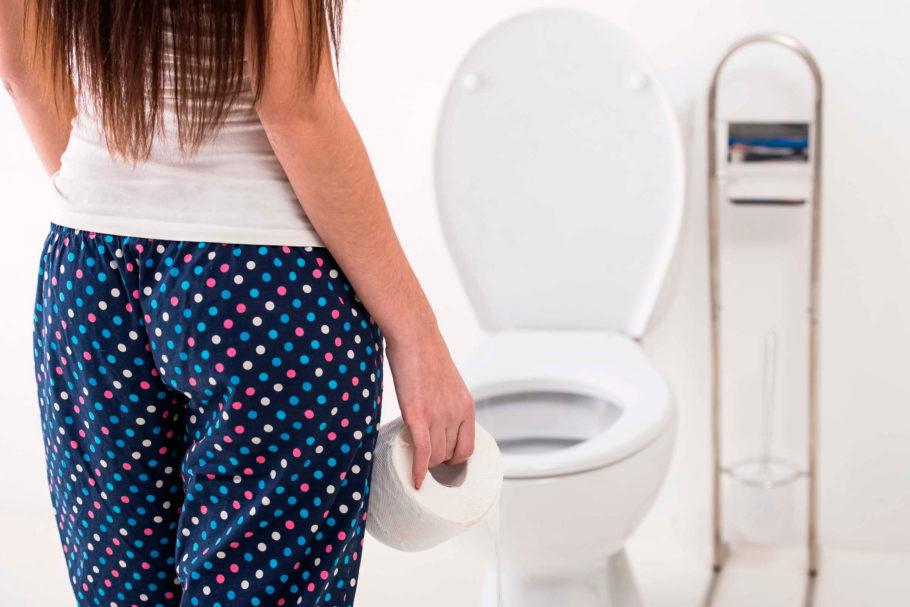 Девушка с туалетной бумагой в туалете