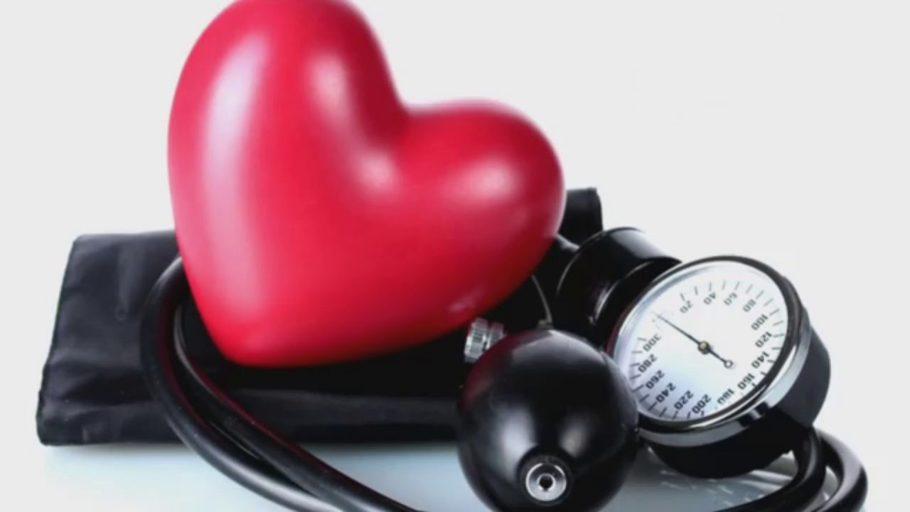 тонометр и красное сердце