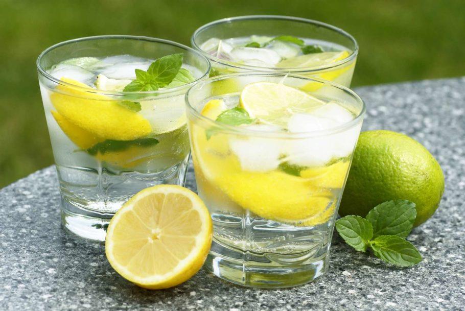напиток со льдом и лимоном