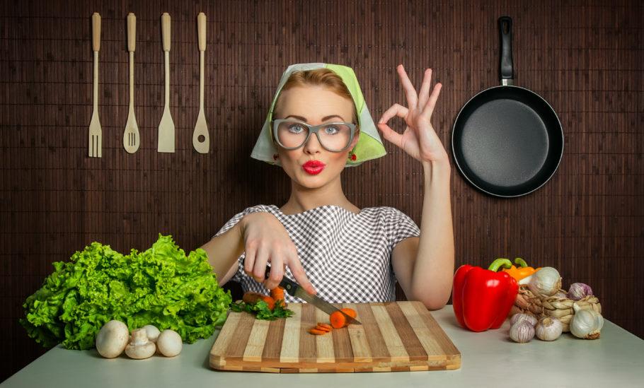 девушка нарезает овощи