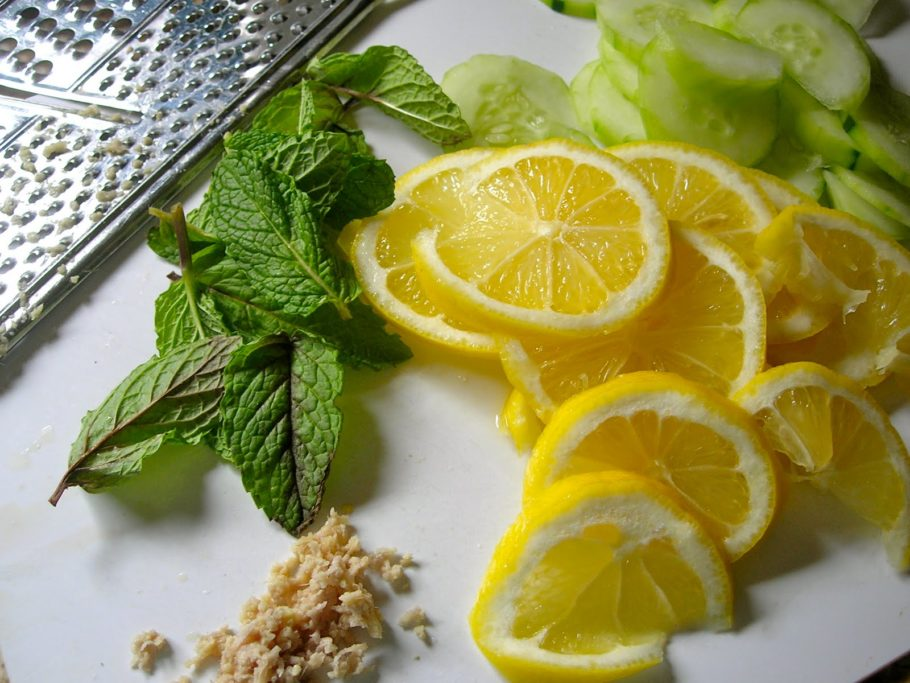 нарезанный лимон, огурцы и базилик