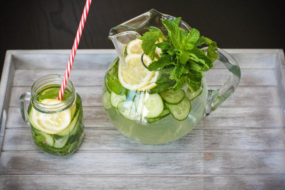 напиток с огурцами и лимоном