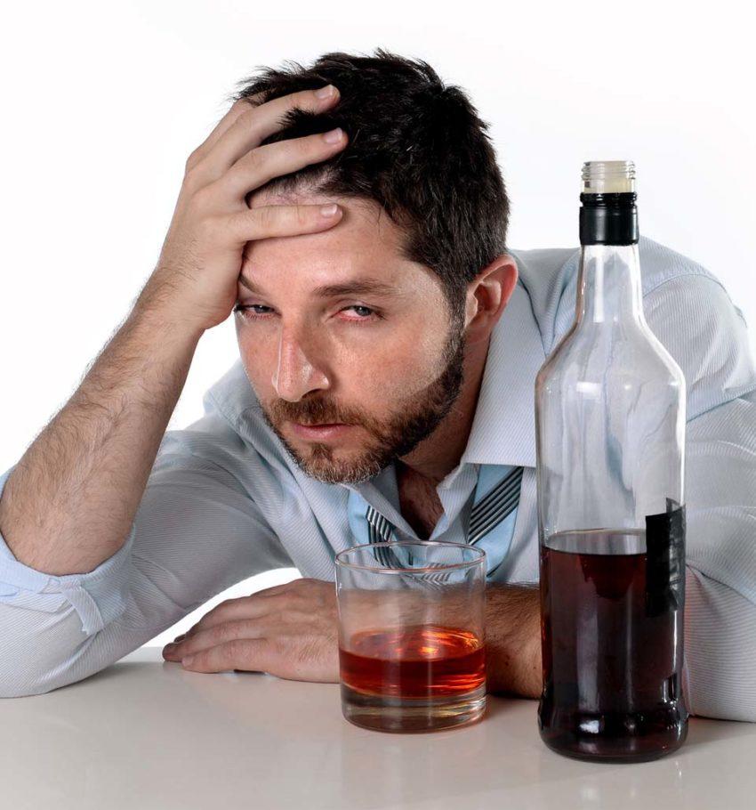 Мужчина выпивает
