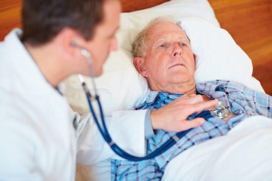 Доктор осматривает больного