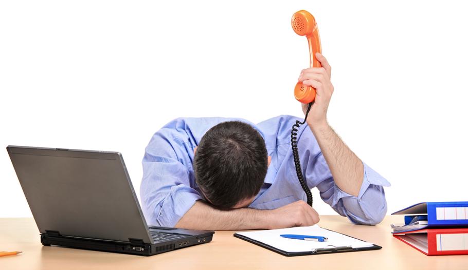 Мужчина устал на работе