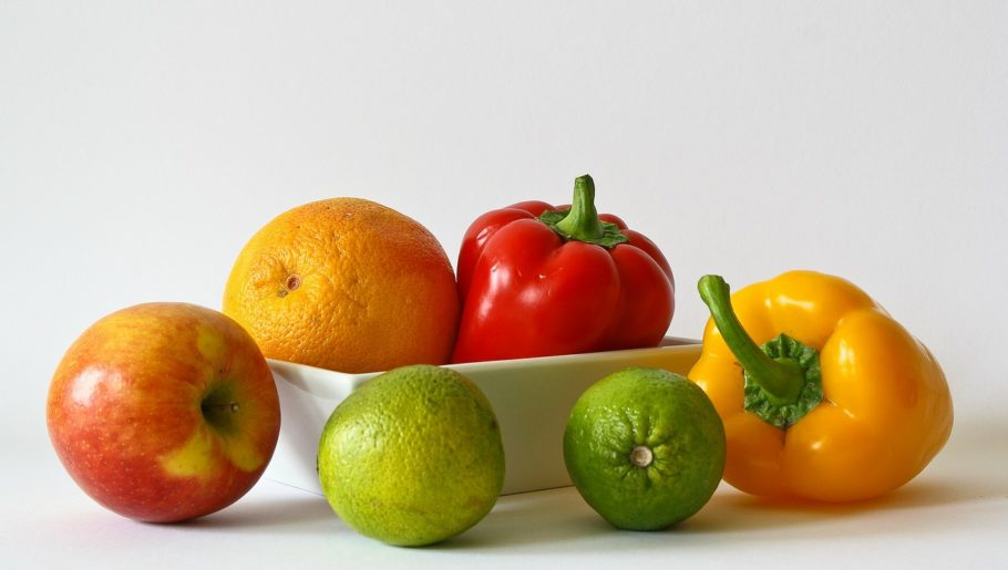 Фрукты и овощи в вазочке