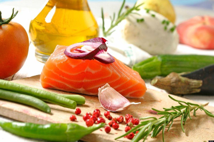 Рыба и овощи на столе