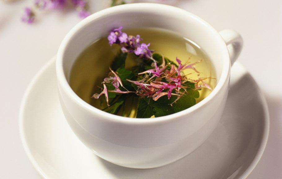 Чашка с чаем иван-чая
