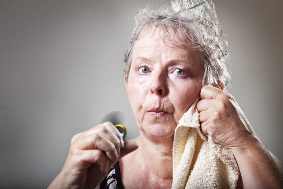 женщина вытирается полотенцем