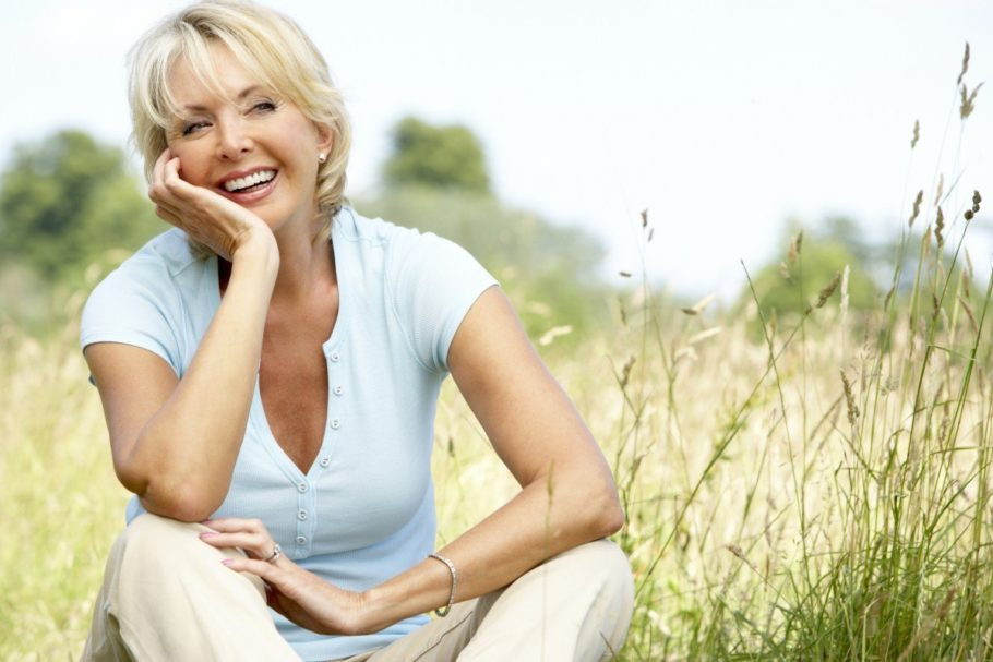 женщина сидит в поле
