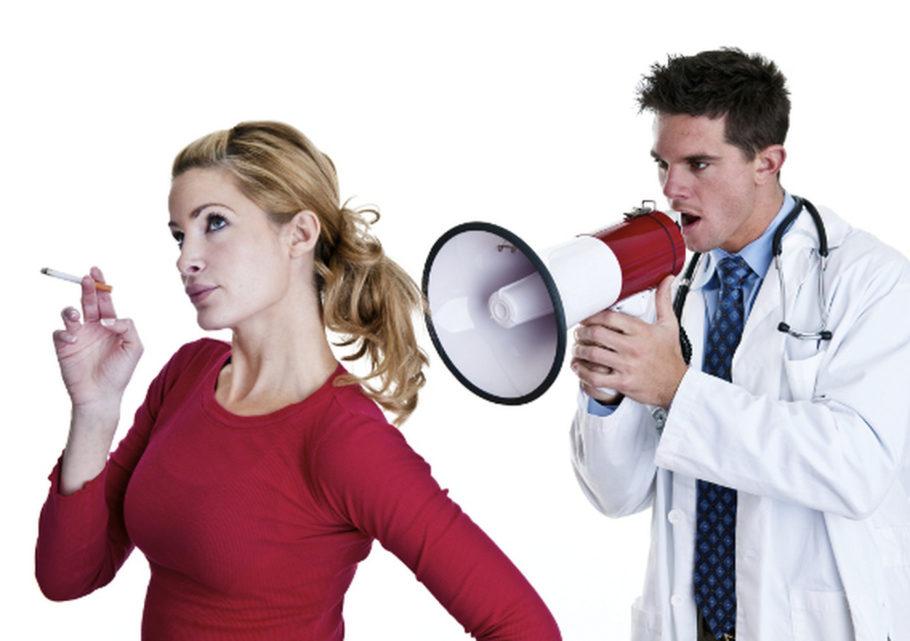 Доктор кричит в рупор на курящую женщину