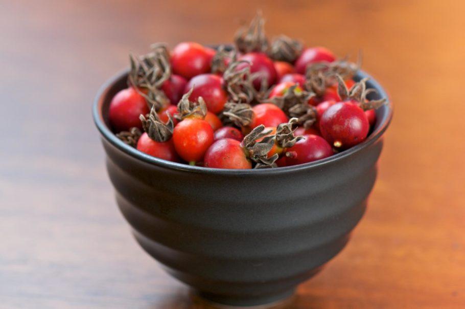ягоды шиповника в вазочке